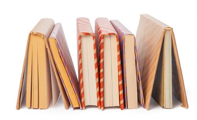 Stos książek na białym tle