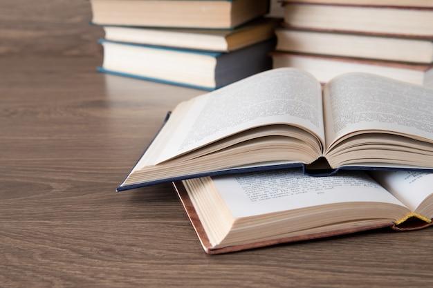 Stos książek na drewniane tła
