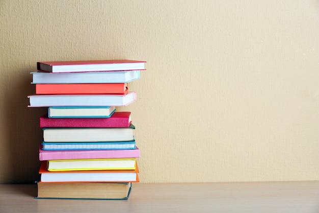 Stos książek na półce.