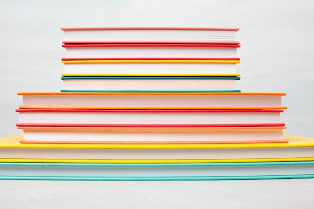 Stos książek na stole. czas wolny, czytanie, koncepcja nauki