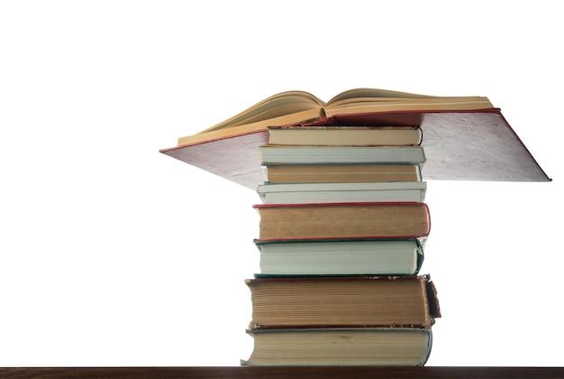 Stos książek na stole na białym tle