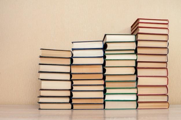 Stos książek na stole na neutralnym tle