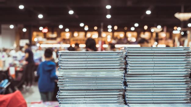 Stos książek na stole podczas festiwalu książek,