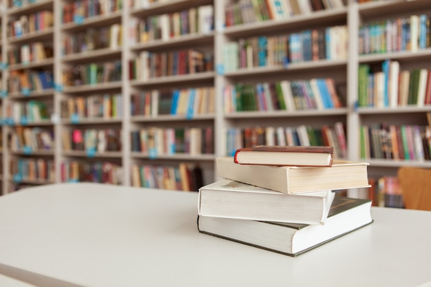 Stos książek na stole w bibliotece