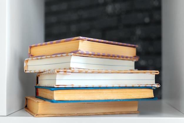 Stos książek na stole