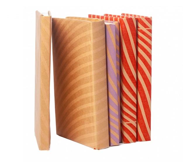 Stos książek odizolowywać na białym tle