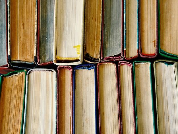 Stos książek tło. wiele stosów książek.