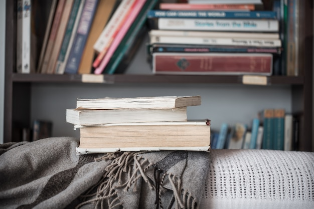 Stos książek w bibliotece