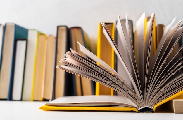 Stos książek w miękkiej okładce na stole