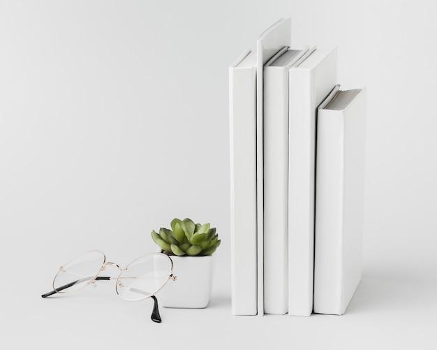 Stos książek wyrównany z rośliną