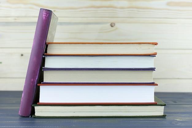 Stos książek z biblioteką na odwrocie