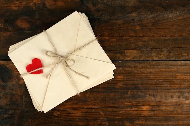 Stos listów miłosnych na rustykalnych deskach