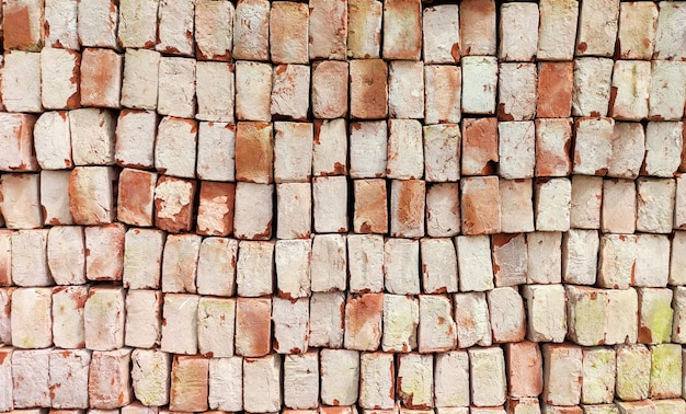 Stos litych czerwonych cegieł glinianych użytych do budowy