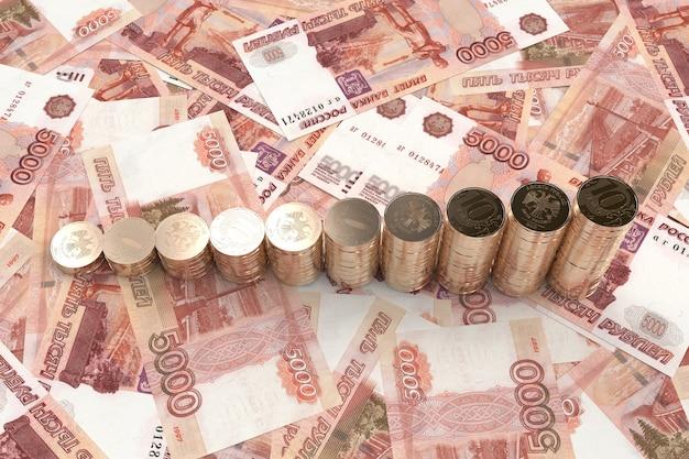 Stos monet dziesięć rubli wyłożonych drabiną na ilustracji 3d pięć tysięcy banknotów