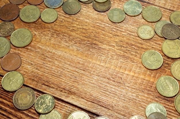 Stos monet na drewnianym tle z kopii przestrzeni zakończeniem up