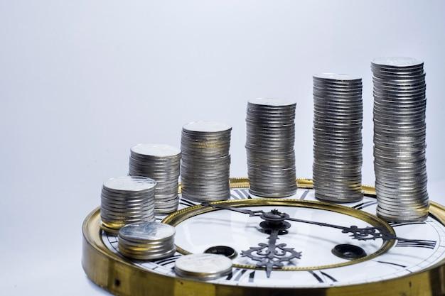 Stos monet na vintage zegar