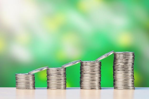 Stos monet stoją w rzędzie i powstają. pojęcie wzrostu inwestycji i finansów.
