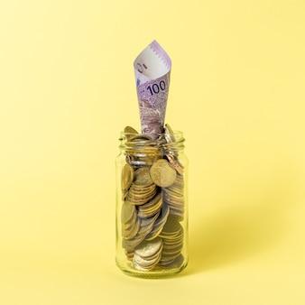 Stos monet w szklanej butelce. koncepcja oszczędzania.