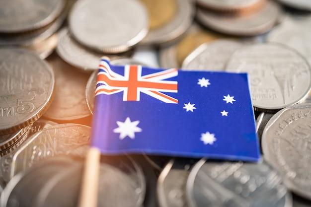 Stos monet z flagą australii, koncepcja finansów.