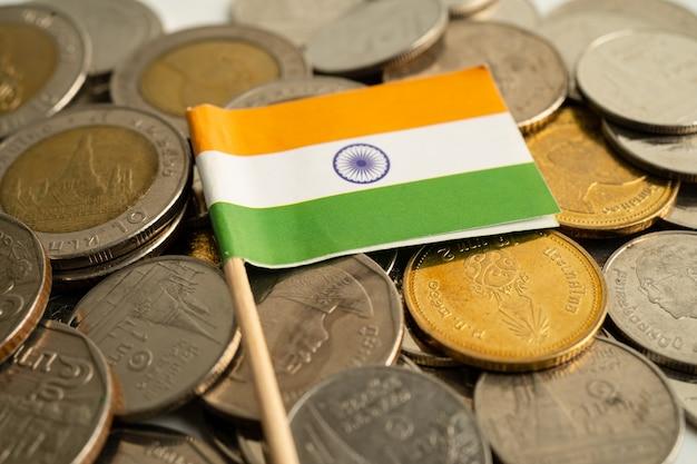 Stos monet z flagą indii na białym tle. flaga na białym tle.