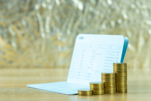 Stos monet z księgi rachunkowej