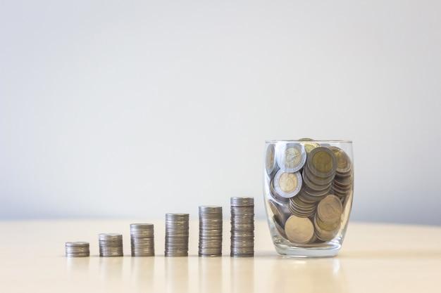 Stos monet ze słoika stos pieniędzy krok wzrostu wzrostu oszczędności pieniędzy