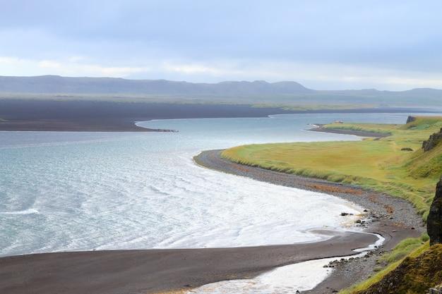 Stos morski hvitserkur, islandia. plaża z czarnym piaskiem. punkt orientacyjny północnej islandii