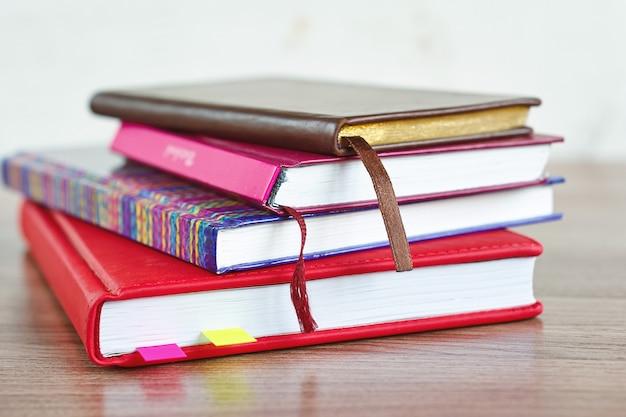 Stos notesów na drewnianym stole