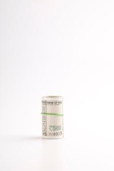 Stos odizolowanych banknotów pięćset rupii (waluta indyjska).