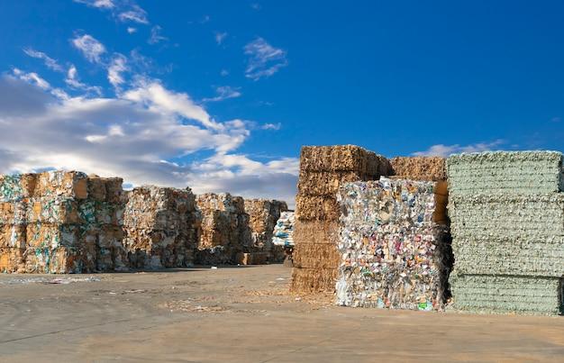 Stos odpadów papierowych przed rozdrobnieniem w zakładzie recyklingu