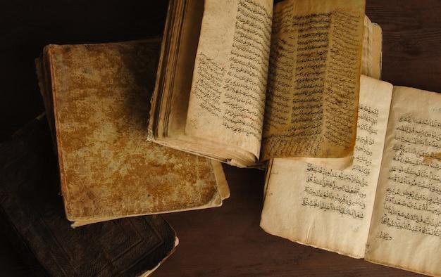 Stos otwartych starożytnych ksiąg w języku arabskim. stare rękopisy i teksty arabskie. widok z góry