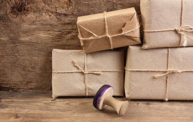 Stos paczek owinięty brązowym papierem pakowym i zawiązany sznurkiem