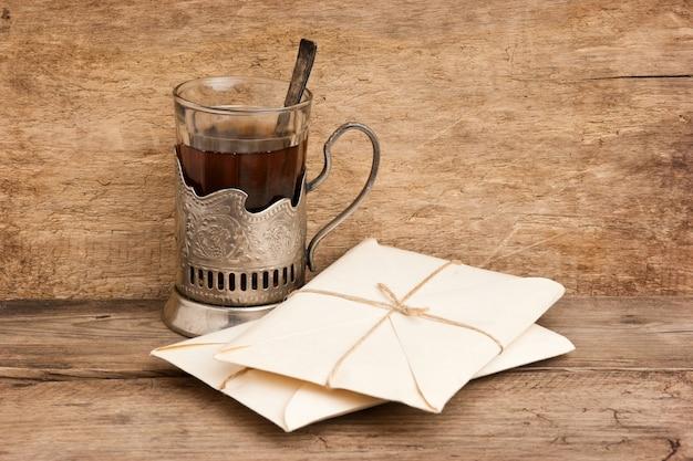 Stos paczek owinięty brązowym papierem pakowym