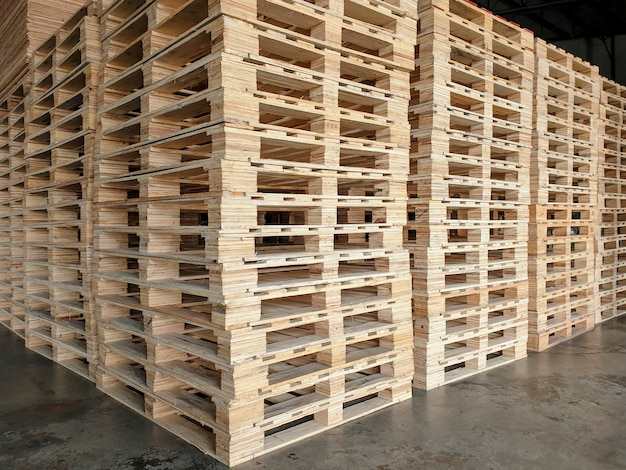 Stos palet drewnianych do transportu towarów.