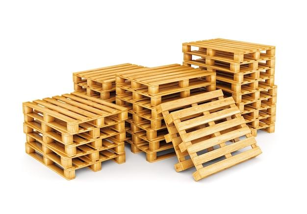 Stos palet drewnianych na białym tle.