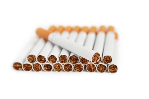 Stos papierosów z filtrem na białej powierzchni odizolowane