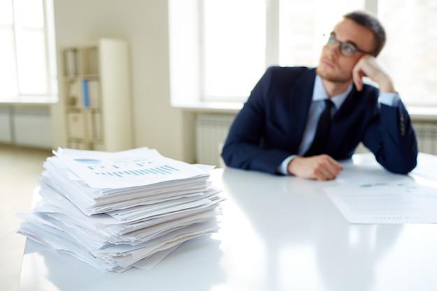 Stos papierów na stole