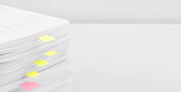 Stos papierowych dokumentów raportu
