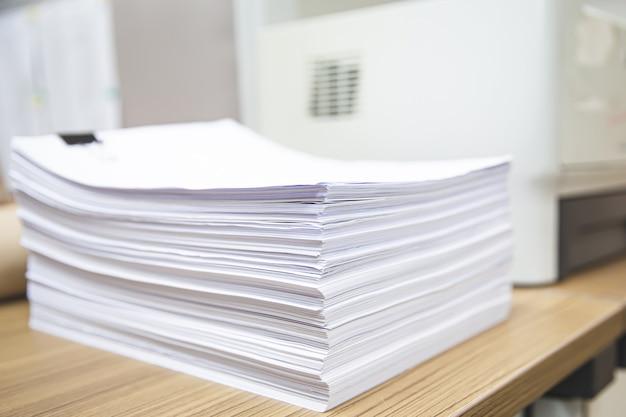 Stos papieru na biurku ułożone.