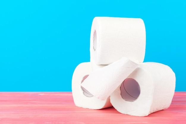 Stos papieru toaletowego na jasnym niebieskim tle