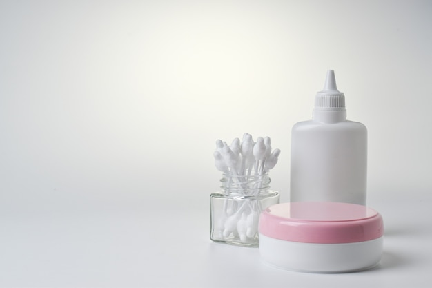 Stos pieluch i środków higieny na jasnym tle. jednorazowe majtki dziecięce.