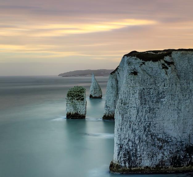Stos pinnacle o zachodzie słońca, w pobliżu old harry rocks, na wschodnim krańcu wybrzeża jurajskiego. uk