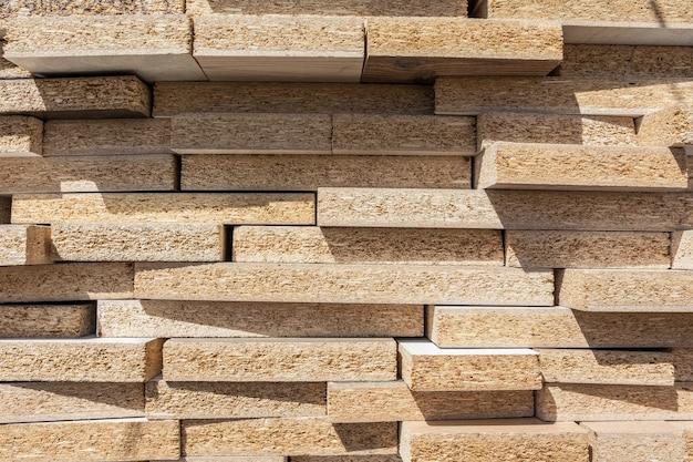 Stos płyt wiórowych znajduje się na zewnątrz na skład drewna