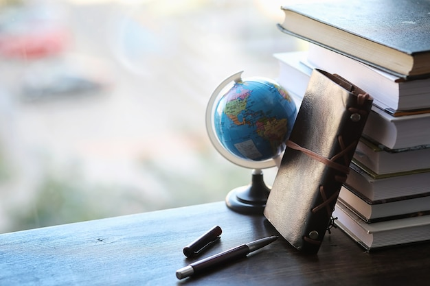 Stos podręczników na parapecie i przybory do pisania