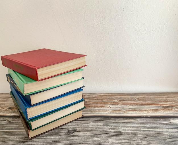 Stos powieści na drewnianej podłodze