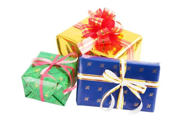 Stos prezentów na białym tle