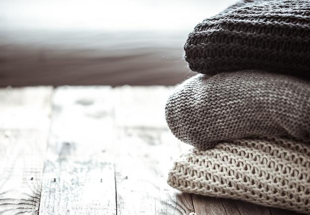 Stos przytulnych swetrów z dzianiny