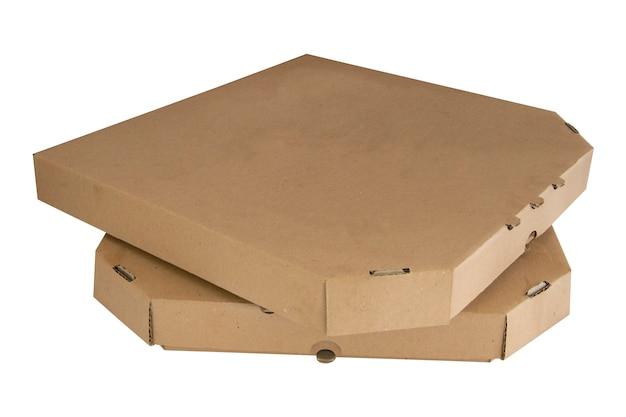 Stos pudełek po pizzy na białym tle. zamknięte brązowe kartony.