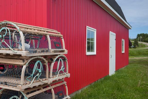 Stos pułapek homara poza połowów rzucić w porcie, kensington, prince edward island, kanada