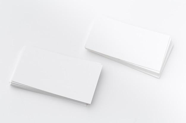 Stos pustych białych wizytówek